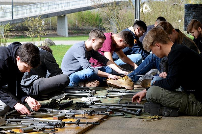 jungschützenkurs gewehrputzen